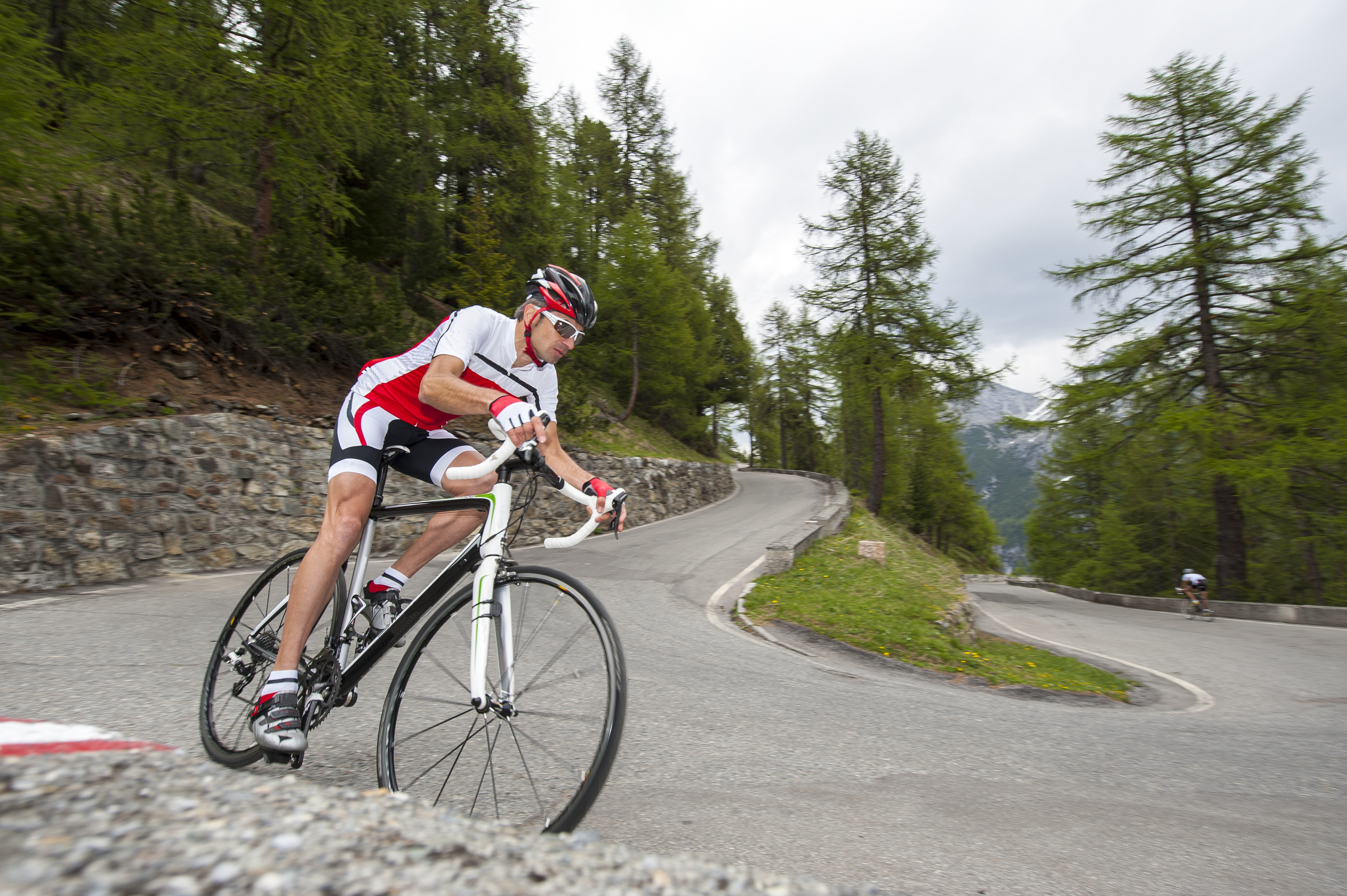 Road_Cyclist_on_hairpin_bend.jpg