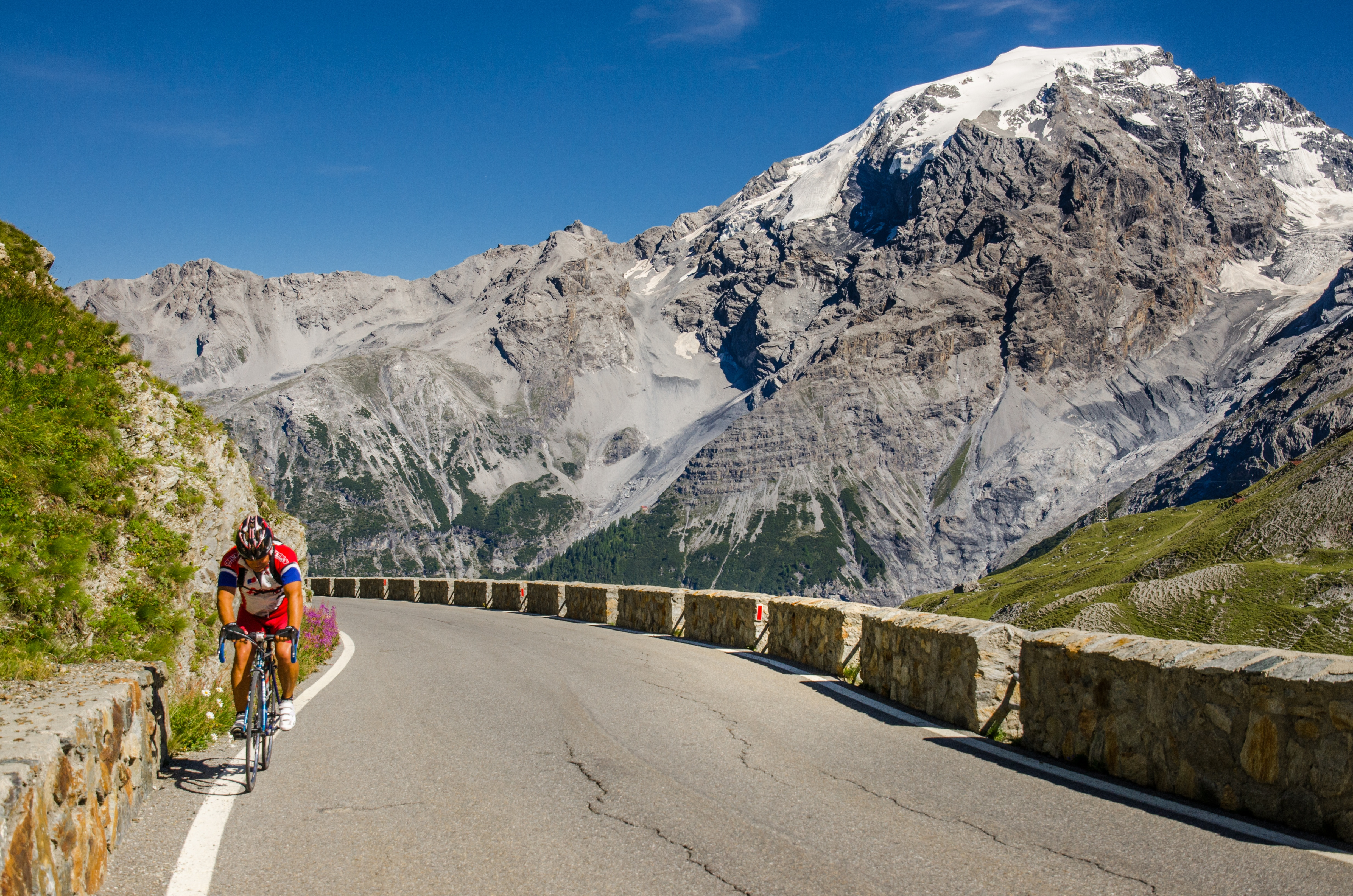 Cyclist_on_famous_Passo_dello_Stelvio_Swiss_Italy_border