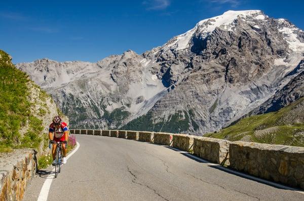 Cyclist_on_famous_Passo_dello_Stelvio_Swiss_Italy_border