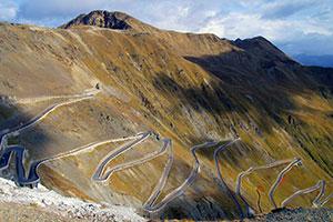 Sepertine_roads_of_Stelvio_Pass_Italy.jpg